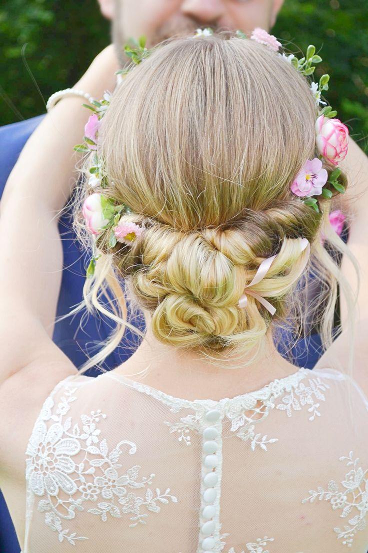 Der Haarkranz fleur in einer Hochsteckfrisur.  Haarschmuck von schöngemachtes