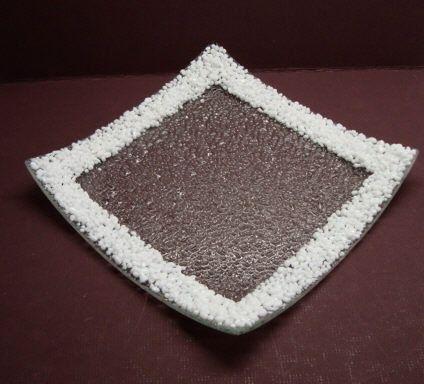 Esta placa está hecha de vidrio claro con textura con un borde de piezas de vidrio blanco, llamada frita. Da la placa un aspecto dimensional. En la época de invierno, podría asemejarse a hielo + nieve. El resto del año es sólo un pedazo interesante de conversación.  Mide aprox. 8 x 8. Para limpiar, por favor, lave a mano.  Todas mis piezas de vitrofusión son uno-de-uno-bueno, en mi estudio. En algunos casos, han pasado por varios disparos. Todas las piezas están firmadas/grabado en la parte…