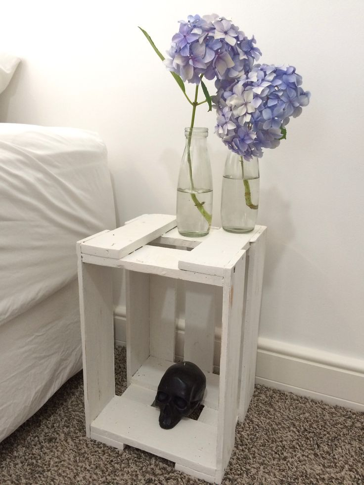 Beer crate bedside table craftiness pinterest for Wooden crate bedside table