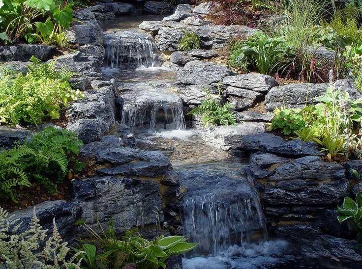 cascade bassin de jardin décorée de rochers et plantes