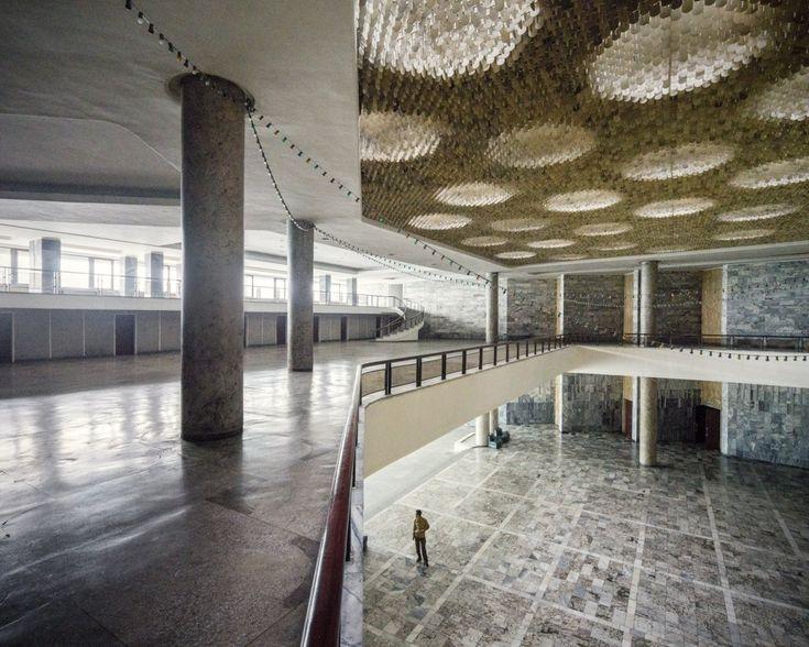 O Cineteatro Internacional de Pyongyang (Pyongyang International Cinema House) está majoritariamente abandonado, num extremo da cidade. O edifício em concreto foi inspirado nos princípios da arquitetura neoclássica estalinista.  Leia mais no https://pt-br.insider.pro/lifestyle/2016-09-26/fotografias-surreais-da-coreia-do-norte/
