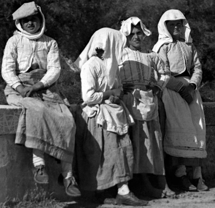 Κέρκυρα, γυναίκες με καθημερινή ενδυμασία πάνω στη γέφυρα στη Μεσογγή 1908-10, Rudolf Eder. Αρχείο Θεόδωρου Μεταλληνού