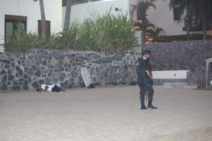 De dos impactos de arma de fuego fue asesinada una persona del sexo masculino que se encontraba en playa Las Escolleras, en Ixtapa; acudieron paramédicos de la Dirección Municipal de ...