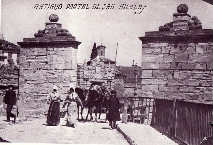 #Pamplona #Navarra. Portal de San Nicolás, entrada sur a Pamplona. Primera puerta del portal, al fondo la segunda.