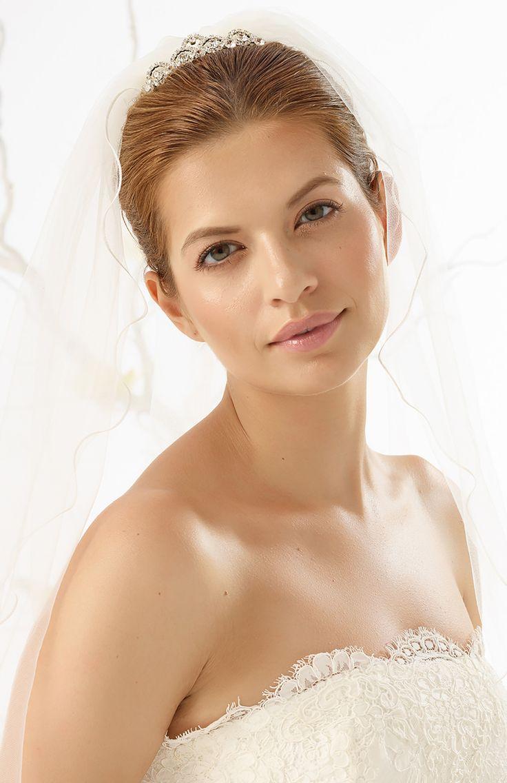 Sparkling veil tiara D32 from Bianco Evento #biancoevento #hairstyles #weddingaccessories #hairjewellery #jewellery #weddingjewellery #weddingideas #bridetobe
