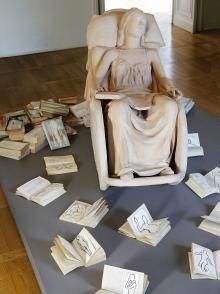 Laura Zeni,  La cura, 2016,  installazione inedita, libri dipinti a matita acquarellata e acrilico, cm 40x170,5x247 © Silvia Pampallona