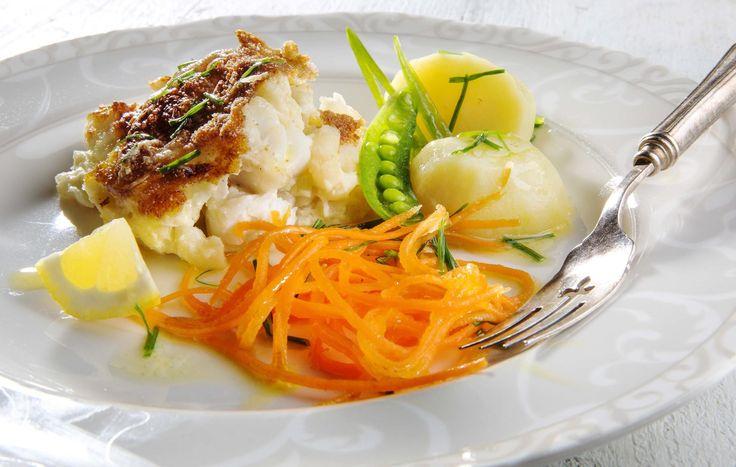 Gjør god gammeldags fiskegrateng servert med poteter og gulrøtter til festmat. Den fortjener absolutt forfremmelsen. Server med kokte poteter, revet gulrot, sukkererter og smeltet smør med finhakket gressløk.