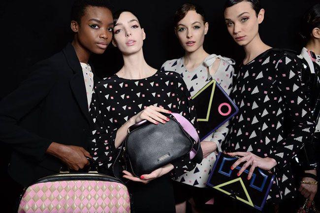 Le borse Armani della collezione invernale investono ancora una volta su uno stile elegante e ricercato in associazione a forme essenziali, dettagli fashion, superfici decorate da elementi geometri…