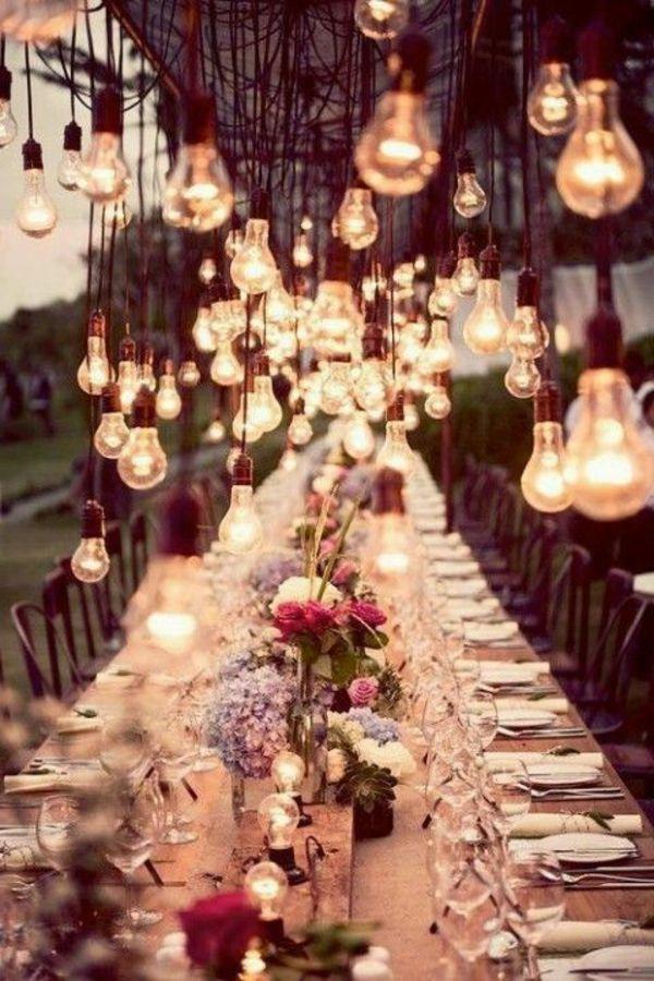 hochzeitstisch deko blumen offene glühbirnen
