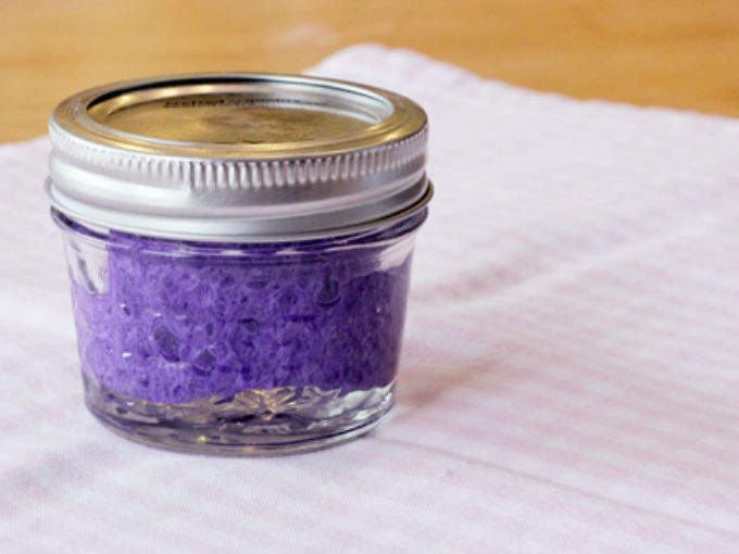 ¿No te encantan los botecitos con esponjitas en los que metes el dedo y mágicamente se quita tu esmalte? Puedes preparar uno en casa de forma sencilla y barata.  Todo lo que necesitas es un frasco pequeño con tapa (de preferencia de vidrio), una esponja para la cocina y quitaesmalte.  Retira de la esponja la fibra rugosa para que te quede sólo la esponjita suave. Recorta un circulito del diámetro del frasco para cubrir la parte inferior, después corta en cuadritos lo que queda de la…
