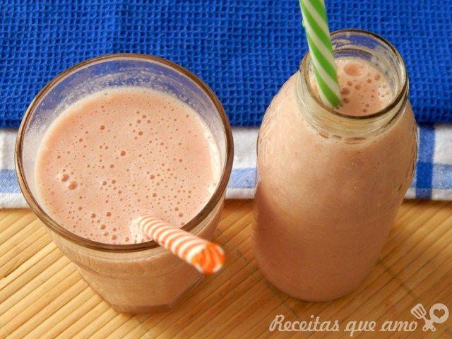 Hoje é dia de aliviar o calor com este smoothie de banana com morango super fácil de fazer. Como aqui em Santos está bem quente e difícil de encontrar o morango