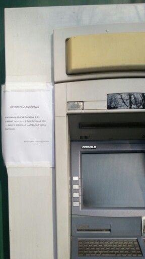 La crisi. Nemmeno le banche si salvano. Lo sportello automatico chiude. Arrangiatevi.