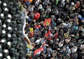 1-Jun-2013 18:50 - RELLEN BIJ DEMONSTRATIE FRANKFURT. De politie in Frankfurt probeert met pepperspray en wapenstokken een eind te maken aan een demonstratie tegen het Europese bezuinigingsbeleid. Duizenden demonstranten wilden langs het hoofdkantoor van de Europese Centrale Bank lopen. Groepjes gemaskerde demonstranten gooien stenen en rookbommen naar de politie. Aan beide kanten zijn gewonden gevallen. Het is niet duidelijk om hoeveel mensen het gaat. De ongeregeldheden begonnen toen de...