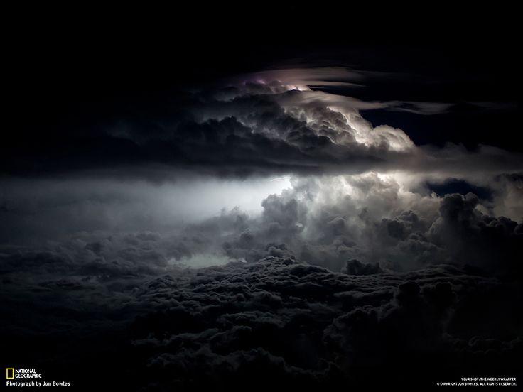 Fotografia di Jon Bowles  Durante una tempesta notturna, dalla pista di un aeroporto a Calcutta, India.