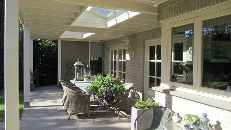 Deze houten veranda met klassieke details geven de veranda een rustige en stijlvolle uitstraling. Deze veranda tovert het terras om tot een aangename plek.