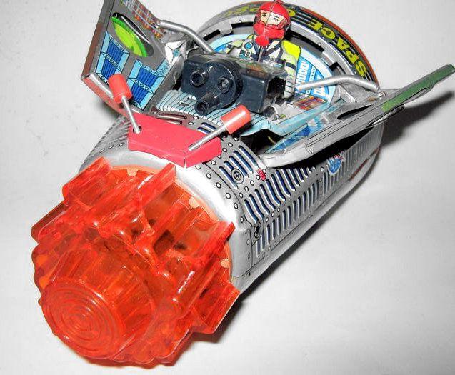 """Horikawa Japan - lengte: 18 cm - """"Gemini ruimtecapsule"""" gemaakt van plaatstaal met batterij jaren 60  Het werkt met geavanceerde accu - Intact ruimtecapsule met 2 voorjaar deuren die bevrijden van de piloot - alle details aanwezig zijn en in conditie - geen batterij schade - In goede staat gezien haar leeftijd. Ongeveer 18 cm lang  EUR 105.00  Meer informatie"""