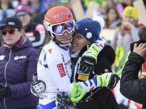 Na snímke slovenské lyžiarky Petra Vlhová (vľavo) a Veronika Velez-Zuzulová