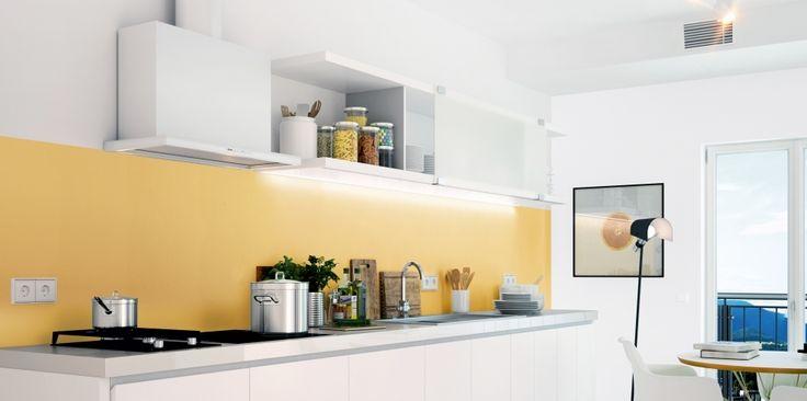 To propozycja dla osób, które cenią sobie minimalistyczne uporządkowanie przestrzeni, a jednocześnie nie chcą wprowadzać chłodnej, surowej kompozycji barw. Biały kolor prostych w formie mebli i szarość na ścianie nabierają zupełnie nowego wyrazu dzięki ciepłemu żółtemu odcieniowi.