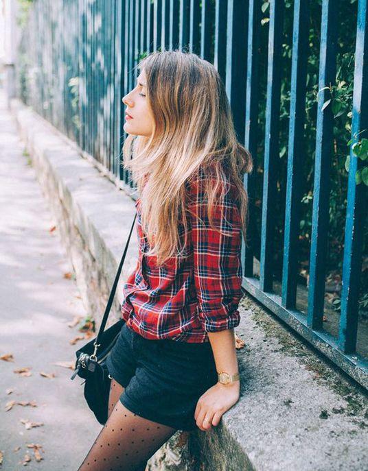 Une chemise à carreaux avec un short et des collants à pois
