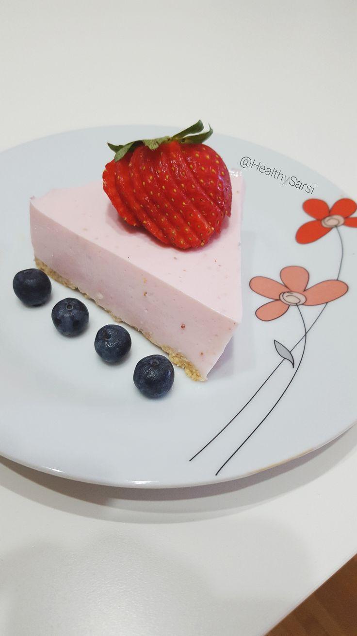 INGREDIENTES: 4 Láminas de gelatina neutra 4 Galletas digestive 1 cucharadita de aceide de coco 150gr de queso fresco batido 0% 1 Yogur protéico de arándanos (mercadona) 4-5 fresas pequeñas 1/2 vas…