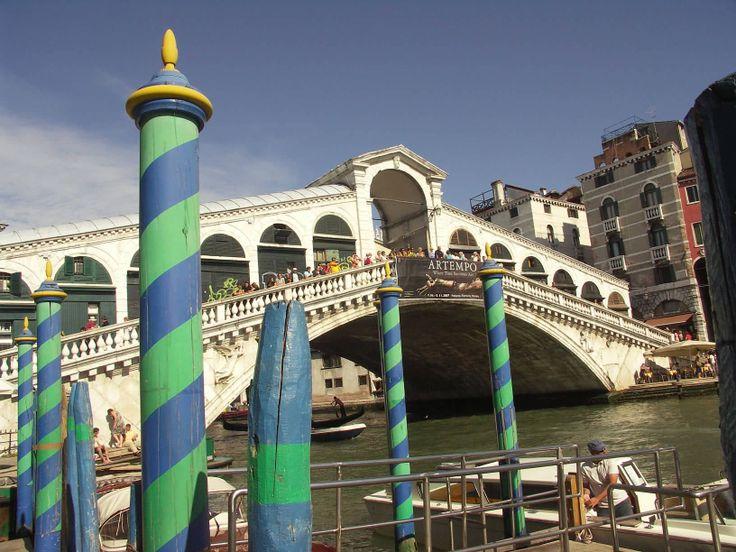 Velence egyik legismertebb látványát nyújtó Rialto híd 28 méteres hídnyílású, 8 méter magas isztriai kőből épült. www.velenceikarneval.hu