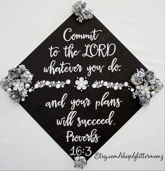 Sprüche 16: 3 Graduation Cap Topper mit Blumen und Strass! Fertigen Sie für Farben und Sprichwort besonders an. Verpflichte dich dem Herrn