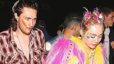 Miley Cyrus celebra su cumpleaños con más polémica: http://www.cosmopolitantv.es/noticias/4955/miley-cyrus-celebra-su-cumpleanos-con-mas-polemica
