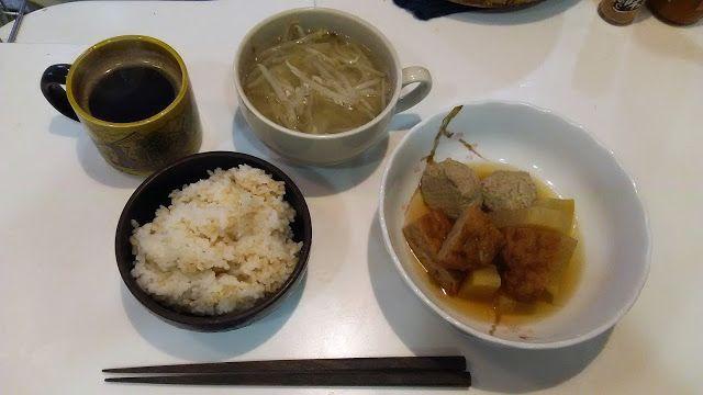 不味そう飯: イワシのつくねの煮物とウドともやしの味噌汁とご飯である。ぜんぶ、前日の残り。昨日の夕食が小型化しただ...