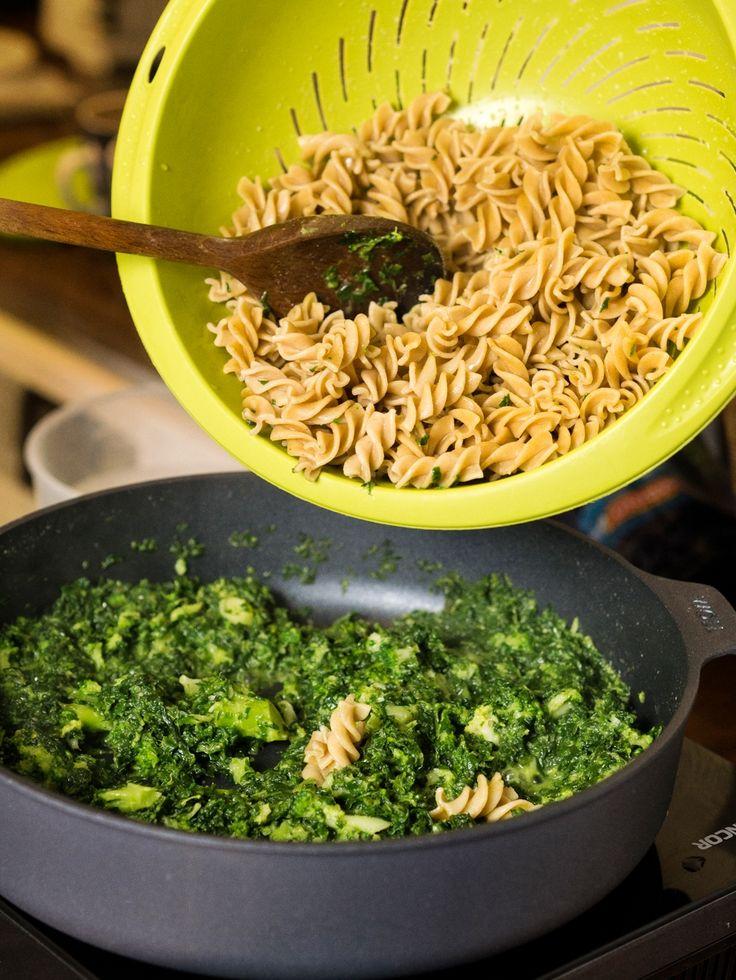 Lubisz zielony kolor? Makaron ze szpinakiem i brokułami bije po oczach soczystym, zielonym kolorem. Pysznie, zdrowo i kolorowo.