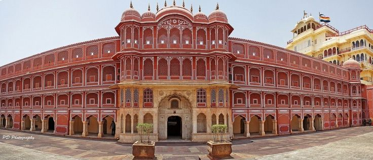 City Palace located in the heart of the city Jaipur. Explore this beautiful palace with the Palace on Wheels train.