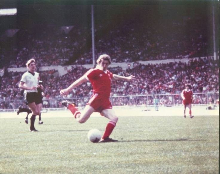 Dagenham 2 Mossley 1 in May 1980 at Wembley. David Smith scores the winning goal in the FA Trophy Final.
