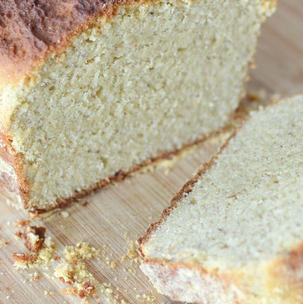pain paleo / 200 g d'amande en poudre 40 g de farine de noix de coco 5 oeufs 15 g d'huile d'olive 45 g d'huile de coco 3/4 sachet de levure chimique sans gluten 15 g de miel 1 g de sel (facultatif) 4 cuillère à café d'eau