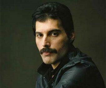 Freddie Mercury (Zanzíbar, 1946 - Londres, 1991) Vocalista, músico y compositor que fue conocido a escala internacional como líder de la banda de rock británica Queen, pero que también desarrolló una trayectoria paralela en solitario de innegable éxito.#lamusa #instrumentos
