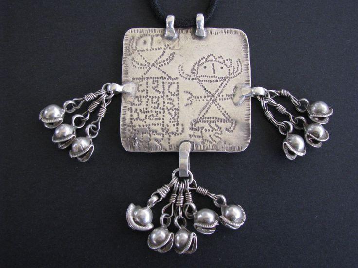 Antieke Indische Amulet, Folk stijl godin Devi hanger, Himachal Pradesh, westelijke Himalaya, India, 27.2 gram door jasmineium op Etsy https://www.etsy.com/nl/listing/86954437/antieke-indische-amulet-folk-stijl-godin