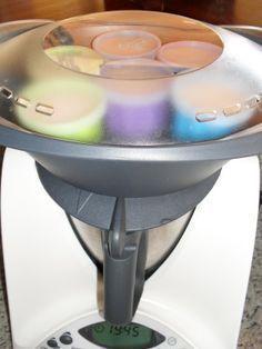 petits flans thermomix 3 oeufs - 400 g de lait 1/2 écrémé - 60 g de sucre ...moi j'en ai mis 50 g - 20 g de caramel liquide et du caramel liquide pour le nappage des pots Mettre dans le bol du thermomix le sucre et les oeufs Mixer quelques secondes vit 5 Ajouter le lait et les 20 g de caramel Programmer 5 mn/70°/vit 2 Napper de caramel le fond de chaque petits pots A la sonnerie verser dans les pots et poser le couvercle Si vous n'avez pas de pots avec un couvercle...les couvrir de film…
