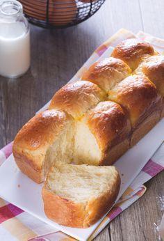 Pan brioche: un grazioso bauletto, profumato e leggermente dolce, dalla consistenza morbida perfetta per preparare french toast o da usare semplicemente al posto del pane.