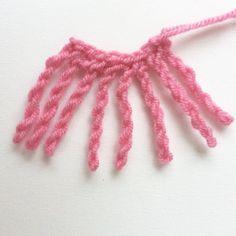 Franje haken: Je kan deze franje direct vasthaken aan een sjaal of omslagdoek, dit kan natuurlijk ook een gebreid of een kant-en-klaar gekocht item zijn.