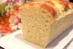 300 g de farine - 125 g de fromage blanc (20%) - 30 g de sucre en poudre - 5 cl de lait tiède - 12 g de levure fraîche de boulanger (ou un demi sachet de levure de boulanger déshydratée) - 1 oeuf - Sel - Lait (pour dorer la brioche)