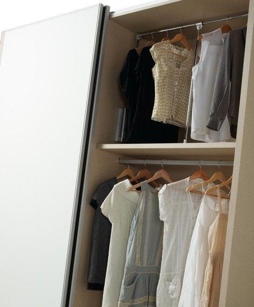 Dos tipos diferentes de barras para colgar ropa en los armarios