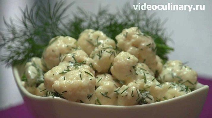 Нежный салат из свежей цветной капусты настолько вкусный, что просто не передать словами. Ароматный чесночный соус придает пикантной капусте насыщенный вкус.