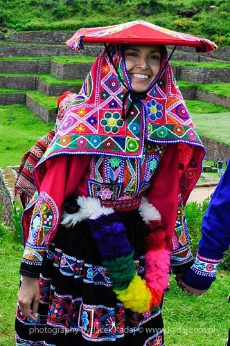 Traditional peruvian bright in Sacred Valley near Cuzco, Peru. Frau in tpyischer Tracht im Heiligen Tal der Inkas nahe Cusco. repined by www.chirimoyatours.com