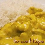 Il pollo al curry accompagnato con il riso basmati o pilaf è un piatto unico, saporito e gustoso, un modo ...