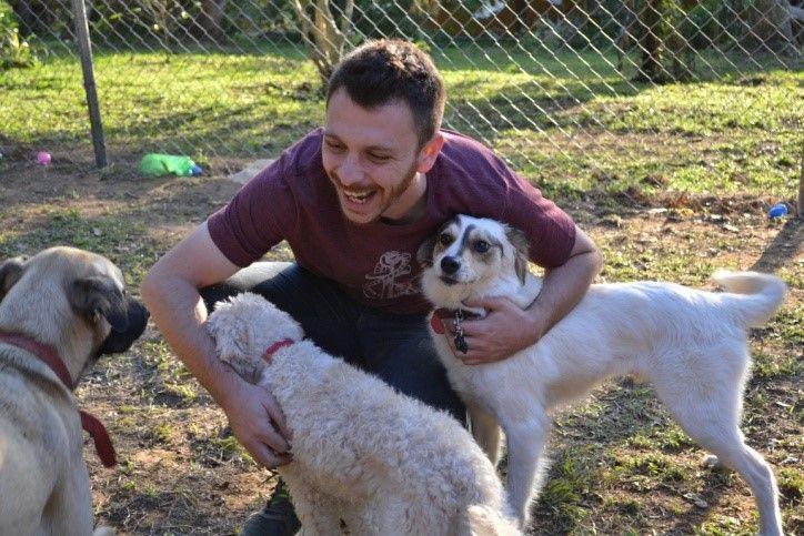 """Muitos dizem que os cães são ciumentos, e já esbarrei nesta """"afirmação"""" em algumas das minhas consultas comportamentais. Ainda há quem goste da sensação enganosa de """"proteção"""", quando o cachorro impede a interação com outros humanos e cães próximos. Veja aqui como lidar com cães ciumentos.  É de se orgulhar de tanto amor, afinal …"""