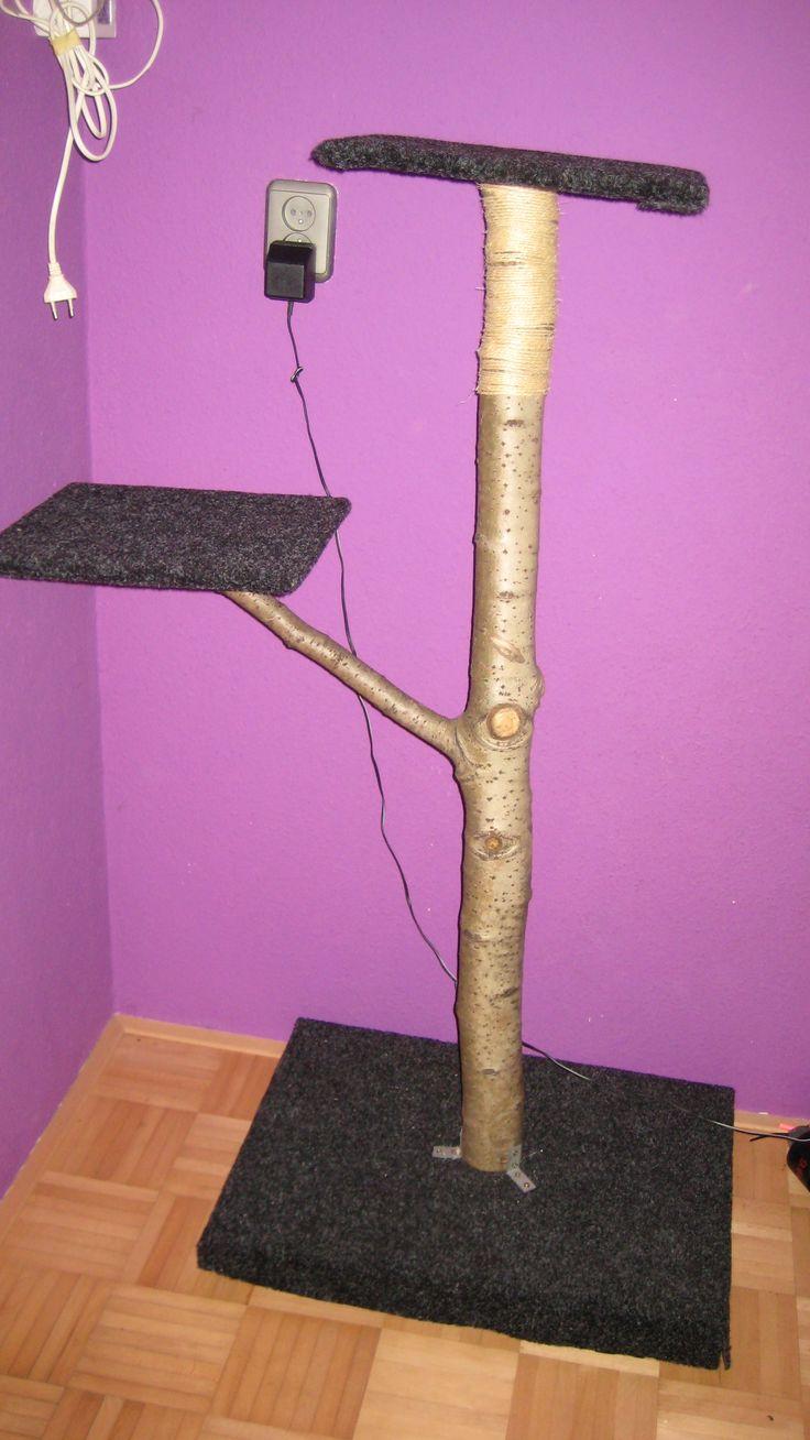 Krabpaal gemaakt van; boomstammetje, vloerbedekking en hout.   Cat scratching pole