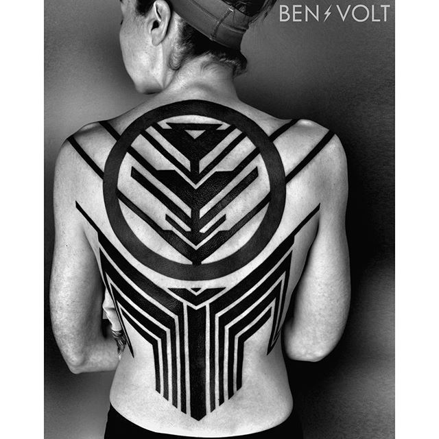 Finished this futuristic #artdeco and circuitry inspired piece for Elle today. Thank you so much for your continued loyalty and for letting me do my thing on such a big scale! #benvolt #blackwork #tattoo #tattoos #graphicdesign #form8tattoo #sanfrancisco #blackworkerssubmission