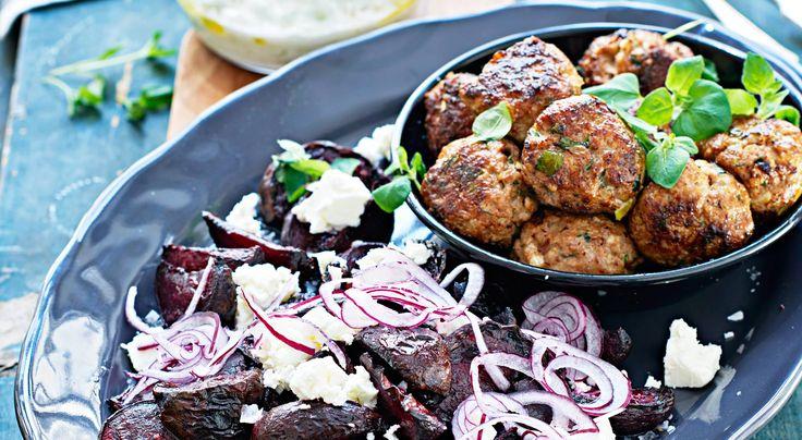 Recept på stora köttbullar med ugnsbakade rödbetor, fetaost och tsatsiki. Färsk oregano för tankarna till de grekiska köttbullarna keftedes.