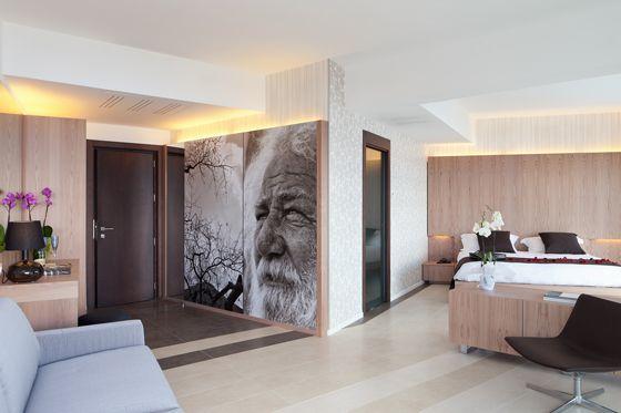 La Big Superior Suite è sviluppata su uno spazio di 20 - 54 mq include: un bagno che va dai 9.60 ai 10.35 mq e un balcone che si aggira tra i 20 e i 64 mq. Si presenta con: una zona d'ingresso con disimpegno interno, divano letto e camera da letto. Questo tipo di camera offre la possibilità di ammirare la costa attraverso ampie vetrate.