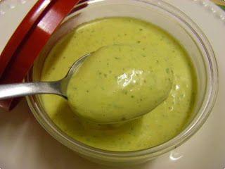 Molho Verde para Sanduíches - 200g de maionese ; 1/2 dente de alho pequeno; 1/2 cebola pequena ralada; Salsa e cebolinha; Pitada de sal. ; Após espremer o alho e ralar a cebola, junte todos os ingredientes no liquidificador, até que fique verde claro; Este molho é usado da mesma forma que o catchup, mostarda e maionese