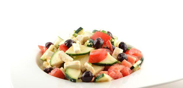 Dit courgette salade met feta recept is verrassend simpel, gezond en erg snel te bereiden. Je kunt hem als lunch eten maar ook als avondmaaltijd.