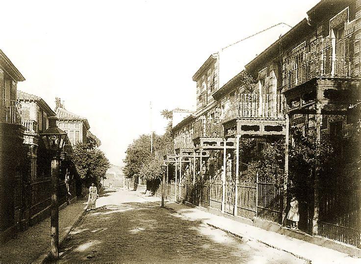 Tras los problemas de la promoción CON el Ayuntamiento, la legalización estuvo a cargo del maestro de obras Mauricio Martínez Calonge en 1894, que CONTINUÓ la 2º fase de viviendas de estilo neomudejar en las referidas calles, a partir de esa FECHA y hasta 1901.